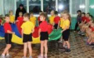 Танец детей на 8 марта в школе.