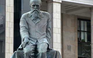 Памятник Фёдору Достоевскому у здания РГБ.