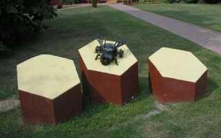 Памятник пчеле кузе в кузьминках.